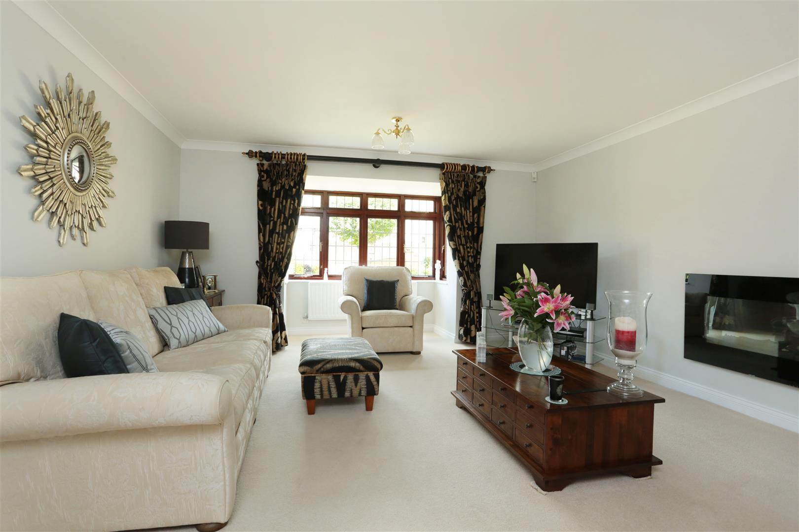 5 Bedrooms Detached House for sale in Chevalier Close, Middleleaze, Swindon